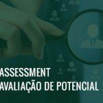 Mão segurando uma lupa aumentando um ícone que representa uma pessoa e o texto assessment avaliação de pessoal.