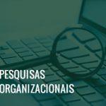 Imagem de uma lupa sobre o teclado de um notebook e o texto pesquisas organizacionais.